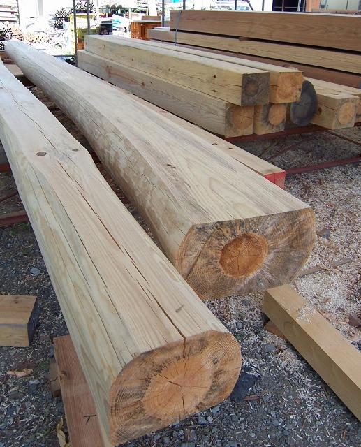 伐採後、製材した赤松の大梁と柱