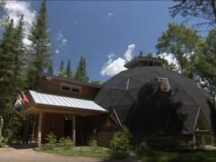 豪華さとエコロジーが同じ屋根の下で存在するのがドームハウス