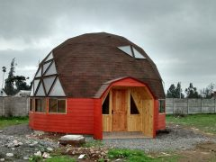 チリのクリコにあるドームハウスをつくる専門家