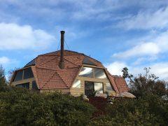 アメリカのカリフォルニア州にあるブドウ畑に囲まれたドームハウス