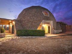 アメリカ・カリフォルニア州の砂漠都市パームデールにあるドームハウス