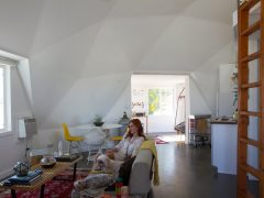 アメリカのカリフォルニアのジョシュア・ツリーにある砂漠のドームハウス