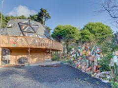 アメリカのオレゴン州オターロックにあるドームハウス